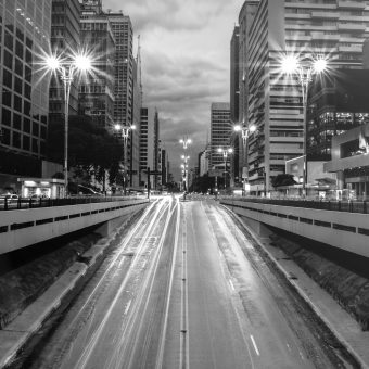 papers.co-nd21-city-street-light-bw-night-car-36-3840x2400-4k-wallpaper